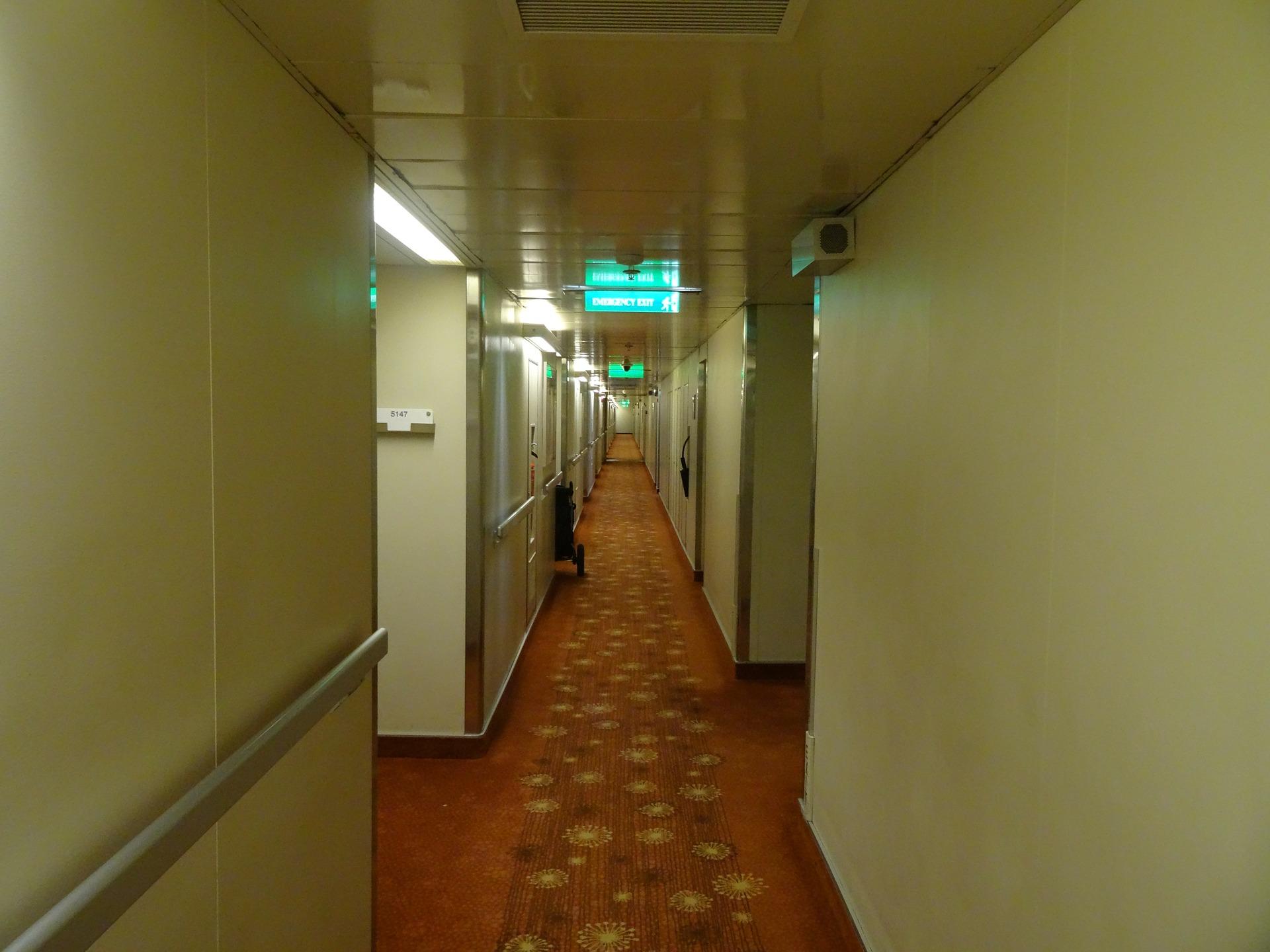 hallway-262474_1920